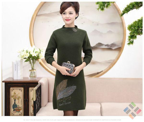 Người phụ nữ đang mặc một chiếm đầm màu đen có thêu lá