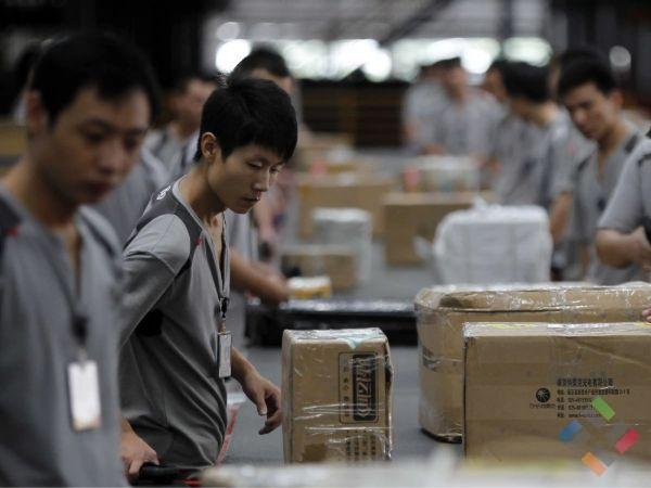 Nhiều công nhân đang đóng gói các kiện hàng tại nhà máy